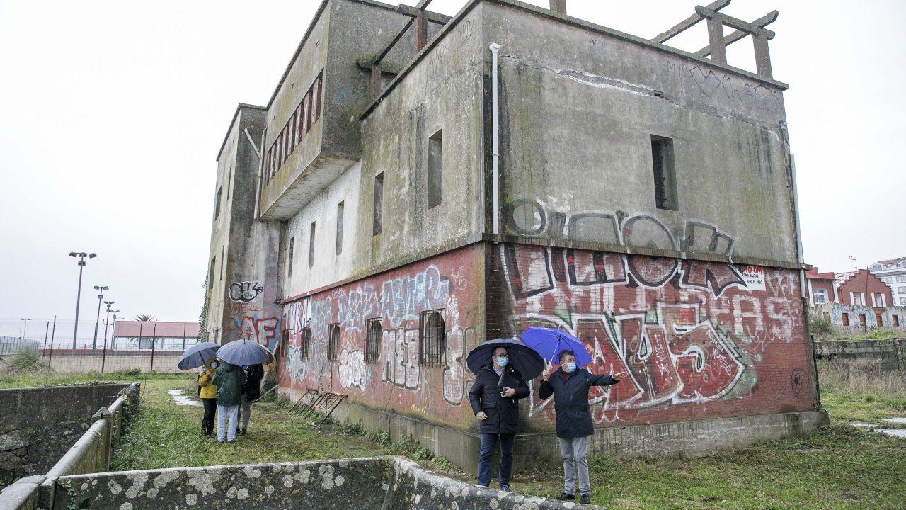Así está la antigua sede oficial de la Comandancia de Obras.José Manuel Lage, junto a la alcaldesa Inés Rey y la concejala Mónica Martínez (a la izquierda).