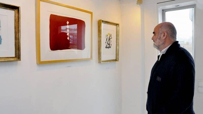 Una visitante fotografiando, ayer, el gran retrato de Picasso que recibe al público en la exposición que le dedica el Grimaldi Forum de Mónaco.