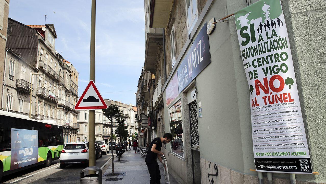 Carteles y consignas contra la construcción del túnel cuelgan de los edificios de la calle Elduayen.