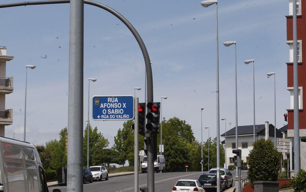 La misma calle, cuatro años de diferencia. A la izquierda banderolas en cada farola, en la actualidad no hay ninguna, y donde las hay, son a más distancia entre postes.
