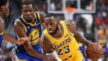 Los Lakers y los Warriors durante un partido de pretemporada
