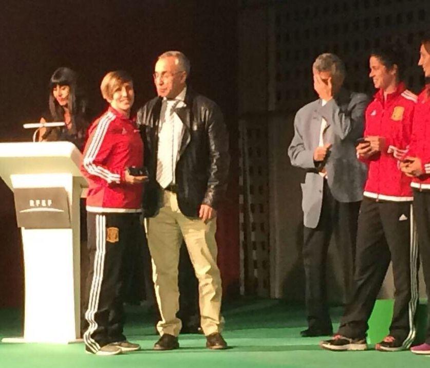 Blanco, en un acto de la selección femenina, con Villar, quien se tapa la cara.