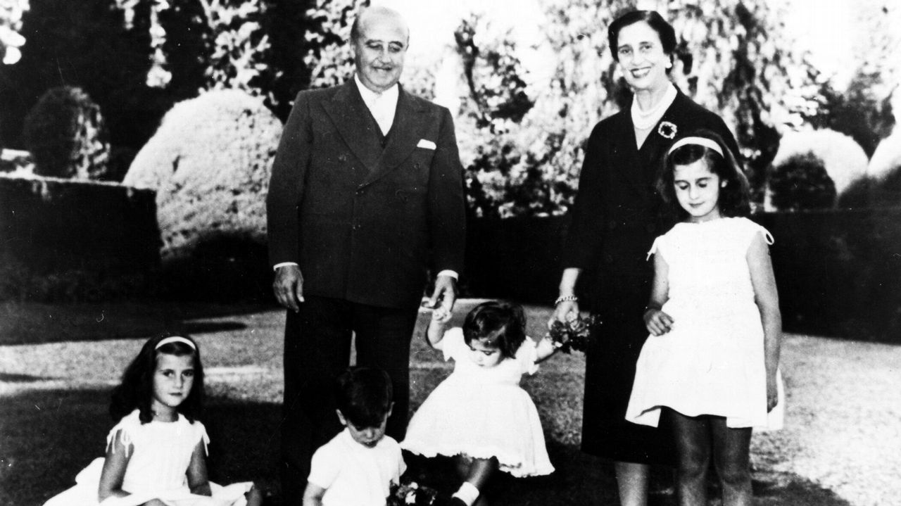 Acuerdo para sacar a Franco del Valle de los Caídos.Imagen historica de Francisco Franco y Carmen Polo con cuatro de sus nietos en los jardines del palacio del Pardo