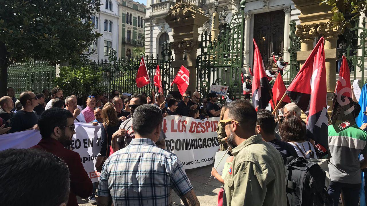 Decenes de trabajadores de Zener se manifiestan frente a la Junta coincidiendo con la toma de posesión.Protesta de los trabajadores de Zener ante la Junta General coincidiendo con la toma de posesión de Adrián Barbón