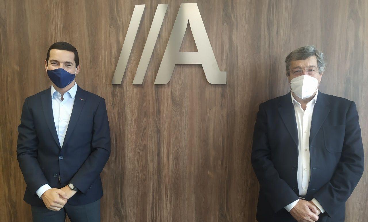 Bugallo saluda al presidente de la Federación de Comercio, José María Seijas, antes del acto de presentación