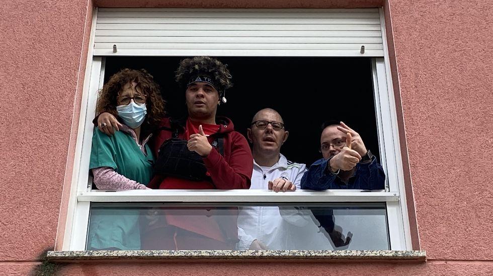 Alejandro Ramos, Alfonso Fernández y Marcial Couso, con una de las cuidadoras de Asfaval
