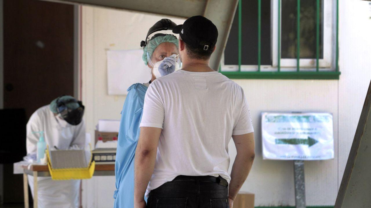 Feijoo anuncia las nuevas restricciones.Zona de toma de muestras del hospital comarcal, donde este lunes se dieron a conocer seis ingresos por coronavirus