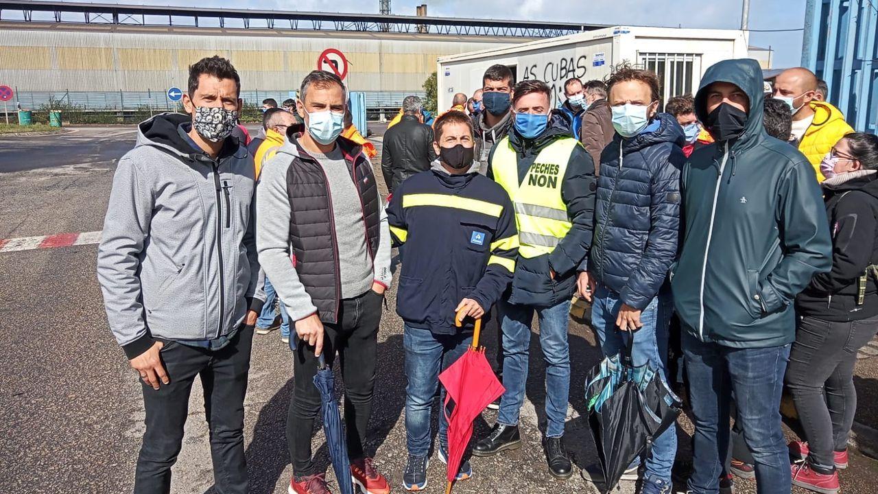 Protesta de los trabajadores de Alcoa cortan la carretera de la costa en Xove.Tiki, Víctor, Jacobo, Félix y Jesús, trabajadores de Aluminio durante las primeras horas de la huelga