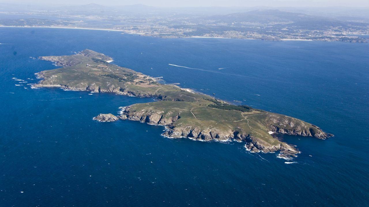 «Saír case ileso foi un cúmulo de sortes».Imagen aérea de las islas Cíes, integrantes del parque nacional de las Illas Atlánticas