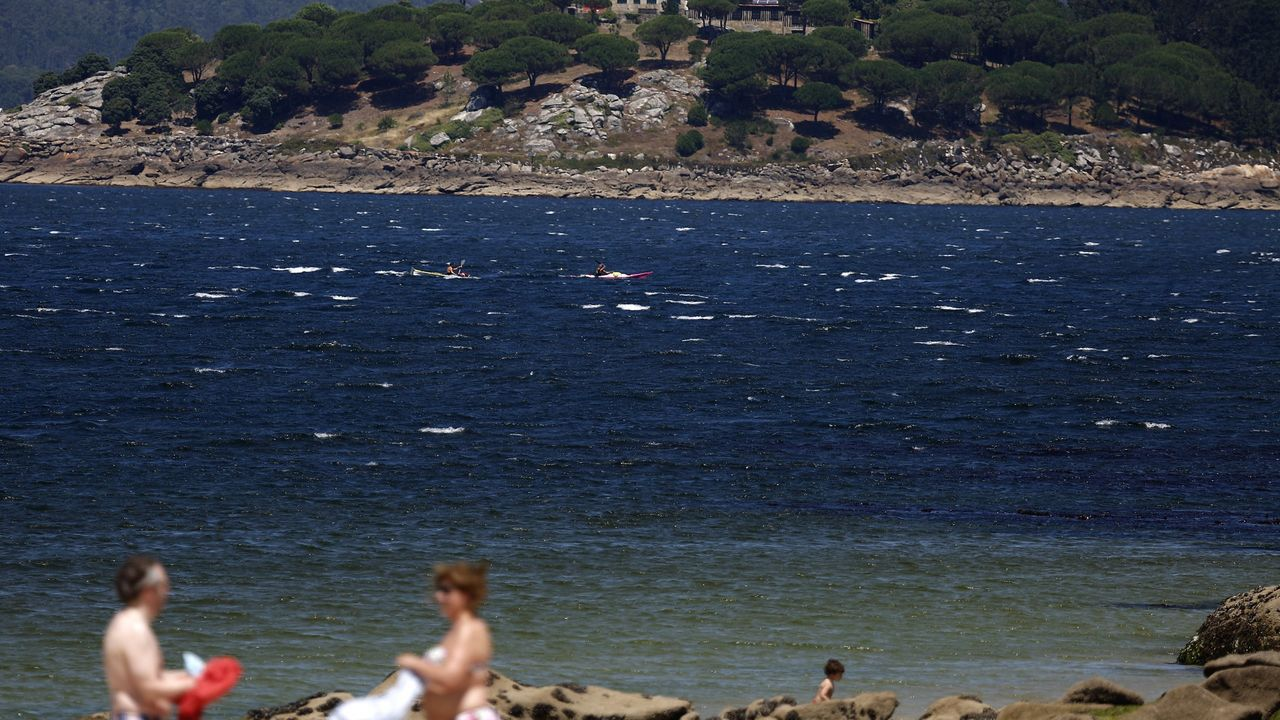 «El arenal donde comenzó todo». En esta fotografía, tomada durante el quinto día del dispositivo de búsqueda, en la playa portosinense de Coira -de donde partieron los tres jóvenes en el kayak- puede verse al fondo la isla de A Creba, a la que intentaron llegar con la embarcación