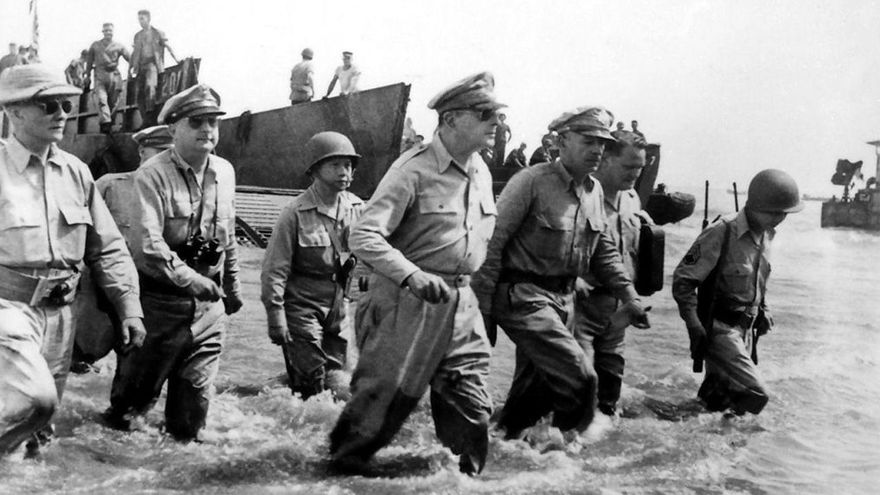 El general MacArthur desembarca en Filipinas tras la victoria en la batalla de Leyte, en la que Peña fue condecorado
