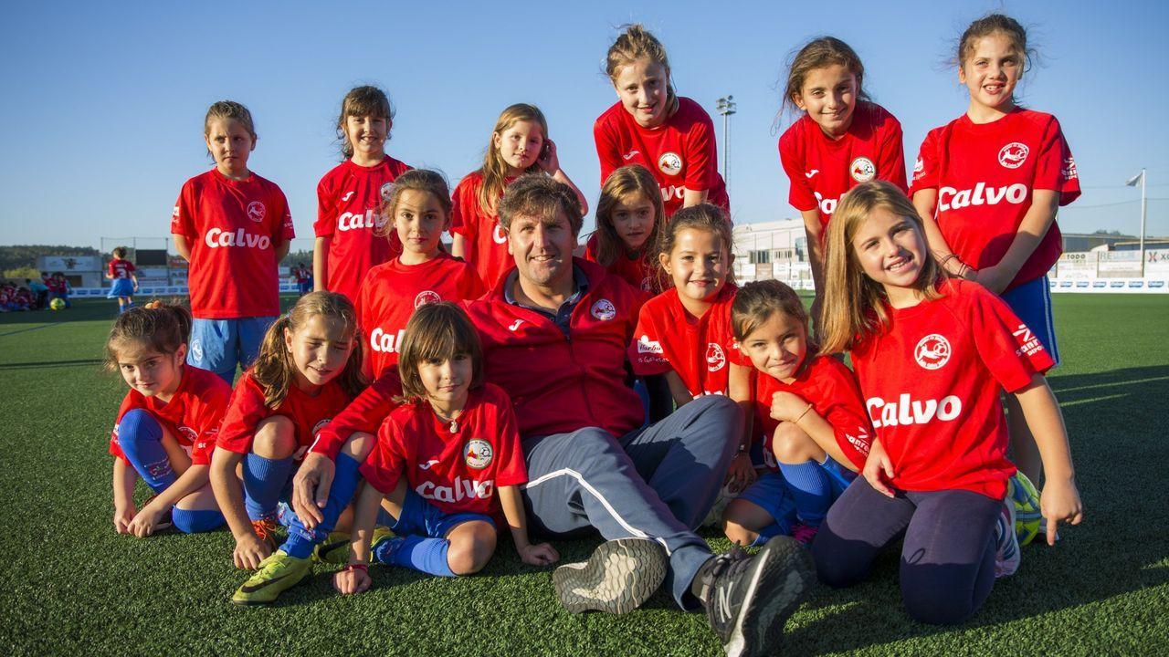 Charli, de chándal en el centro, con sus compañeros del Deportivo Carballo