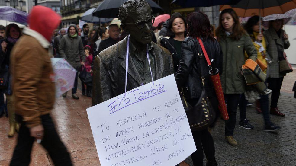 Un cartel con acusaciones contra Woody Allen cuelga durante una manifestación contra la violencia de género