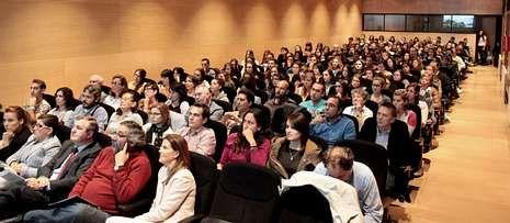Las calles de Vilagarcía se inundan por las fuertes lluvias de mediodía.Decenas de empresarios y de alumnos de posgrados y FP asitieron a la presentación.