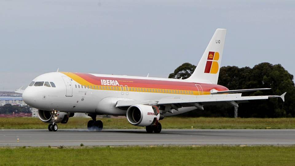 Un grupo de pasajeros consulta los vuelos en el Aeropuerto de Asturias.Imagen de archivo de la imagen corporativa de Iberia hasta hoy.