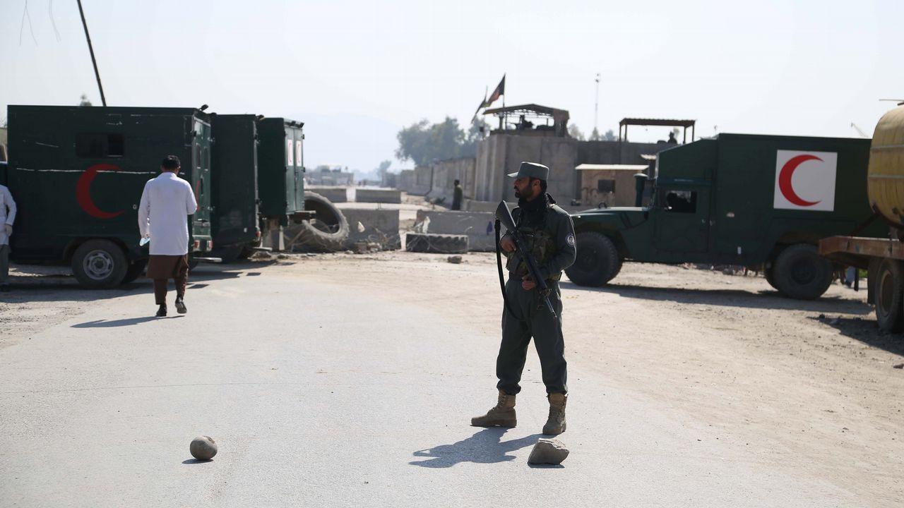 La sorpresa de unmilitar de la Brilat recien llegado de Mali a su hijode 8 años.Miembros de las Fuerzas de Seguridad inspeccionan el lugar donde se ha producido el ataque en Afganistán