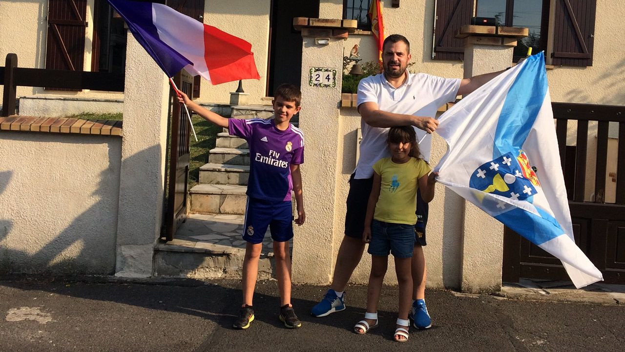 Un paseo en globo para combatir el calor.José Lara y sus hijos, en su casa de París