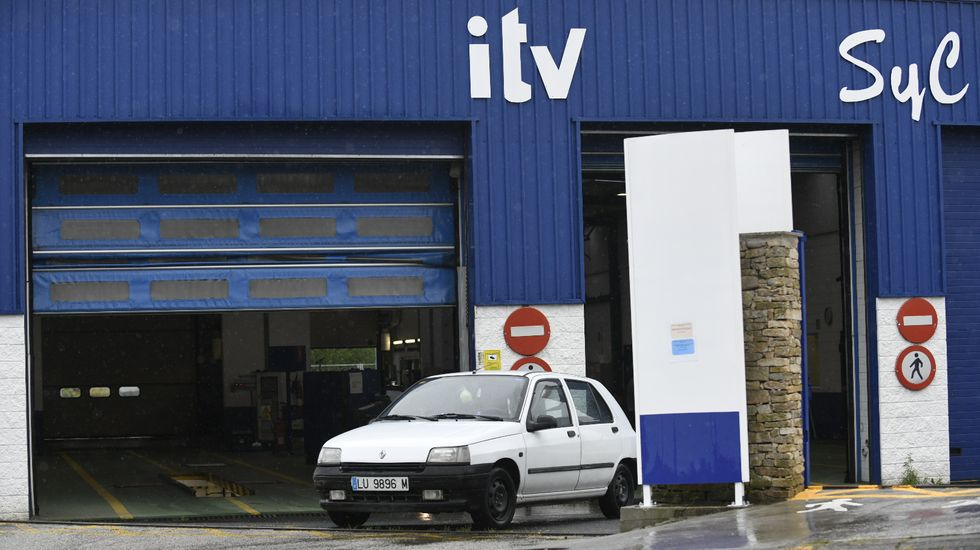 Un inspector examina un vehículo en la estación de ITV de Espíritu Santo, en Sada