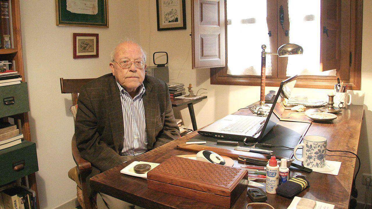 José Jiménez Lozano, retratado en su despacho de trabajo en su casa de Alcazarén (Valladolid)