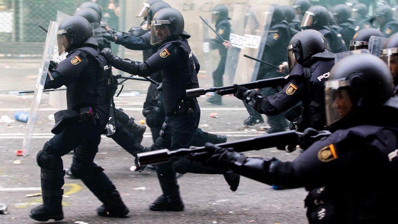 Agentes antidisturbios, durante las protestas ante la comisaría de la Policía Nacional en Via Laietana