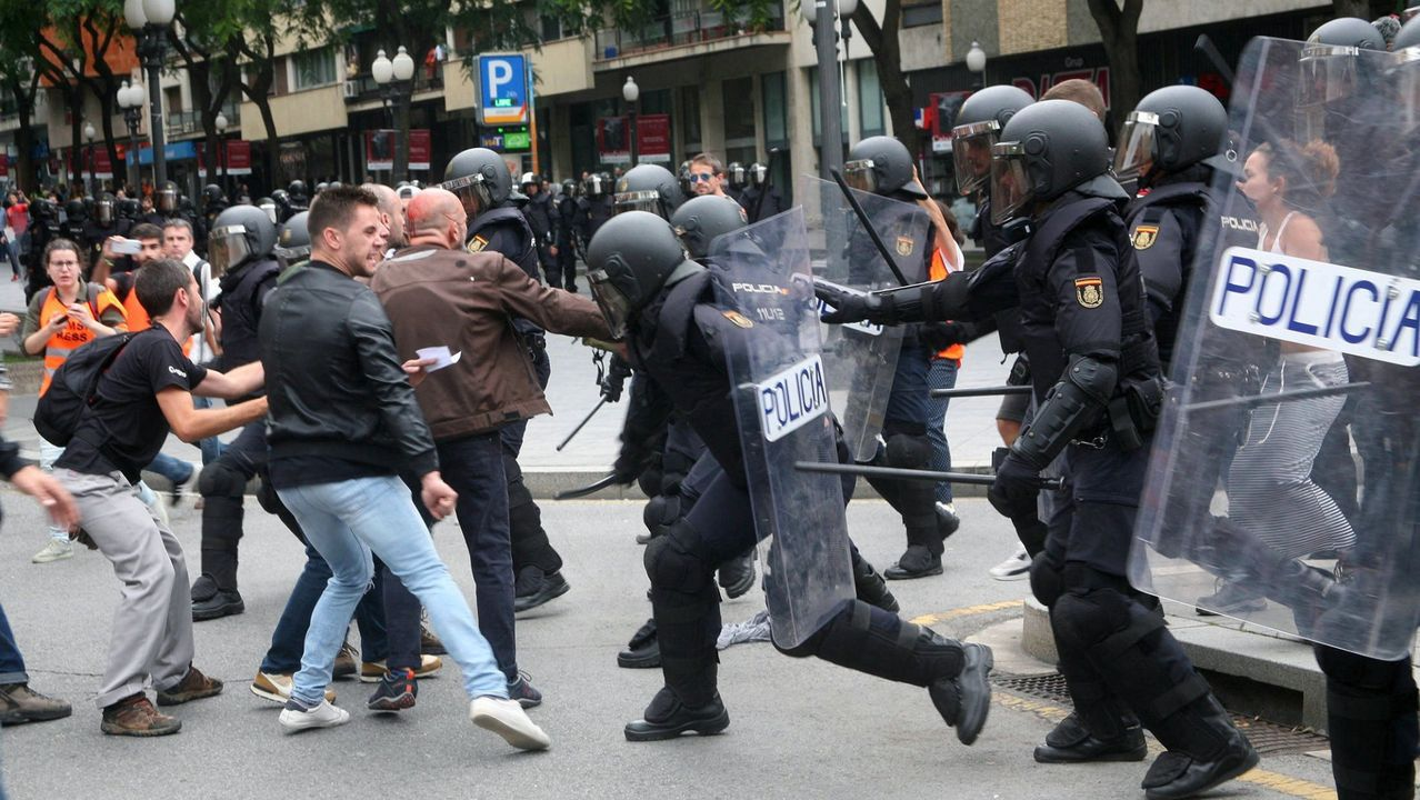 El 1 de octubre los agentes de la Policía Nacional intentan returar a los concentrados en el instituto IES Tarragona.