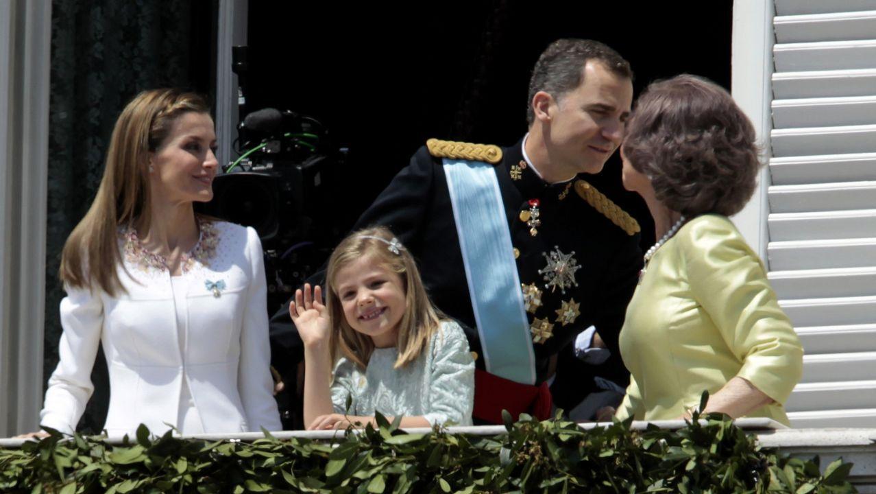 El Rey Felipe VI y la Reina Letizia saludan a la gente en un balcón del Palacio Real tras ser proclamado monarca de España, junio de 2014