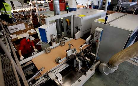 La empresa, dedicada a la fabricación de puertas, cuenta con unas modernas instalaciones en Botos.