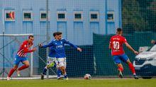 Fuentes Vetusta Sporting Requexon.Fuentes trata de despejar un balón ante el Sporting B