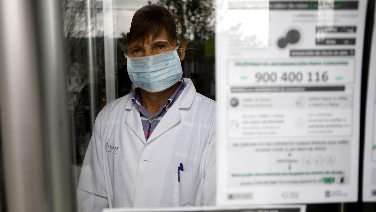 O doutor Ramiro Pérez ás portas do Centro de Saúde de Meira