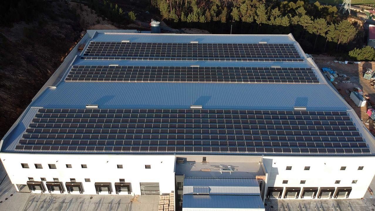 El mar se lleva por delante coches aparcados en el dique de abrigo de A Coruña.EDF Solar instaló un panel fotovoltaico con 800 módulos en la cubieta de Hermanos Ibáñez en Mos