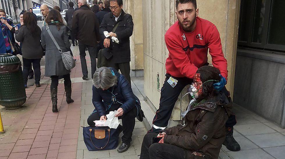 Una de las heridas en el ataque a la estación de metro de Maalbeek recibe asistencia ya en el exterior