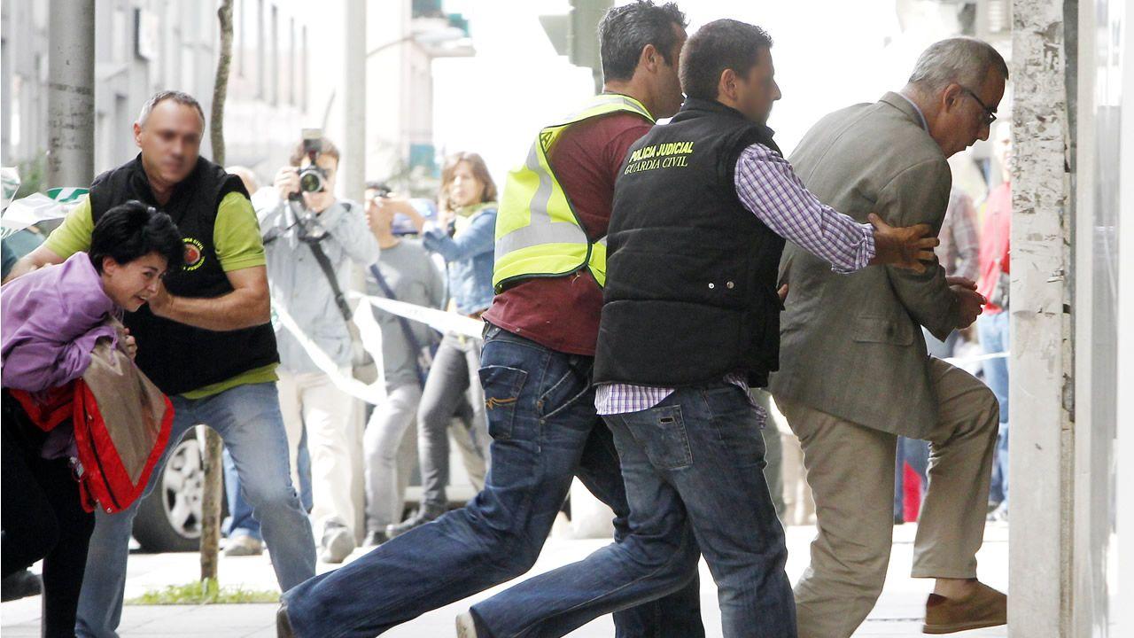 Alfonso Basterra y Rosario Porto (saliendo del coche policial), durante el traslado a un registro efectuado en sus domicilios en Santiago