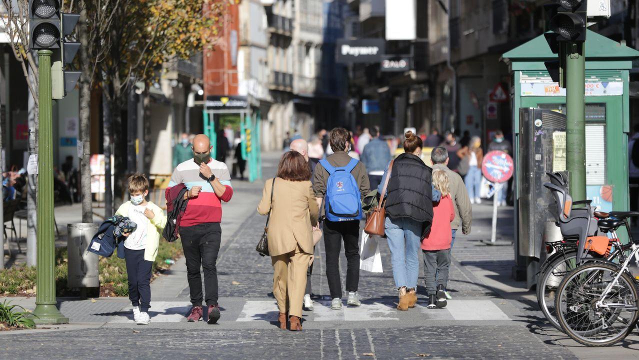La calle San Andrés, sin coches.Instalación de una piscina en una urbanización de A Coruña