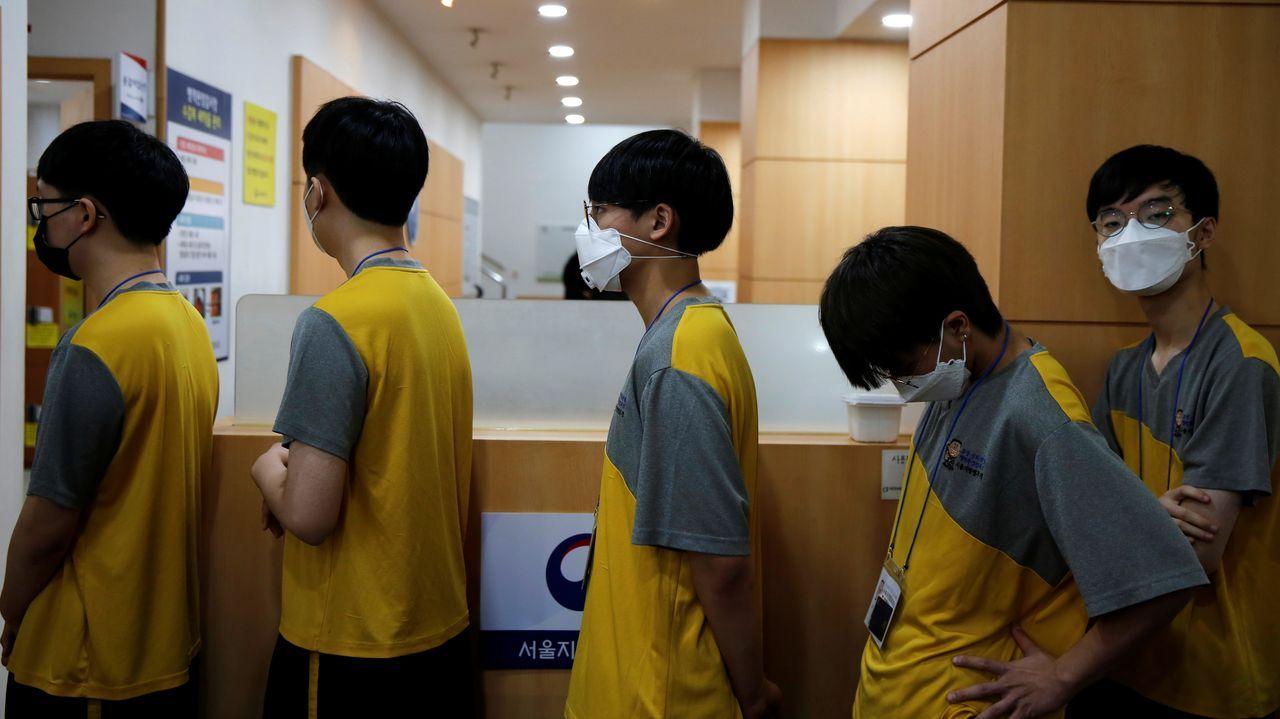 Más de 300 muertos por coronavirus en China, mientras disminuye el índice de gravedad.Niños con unas máscaras improvisadas en el aeropuerto de Guangzhou, China.