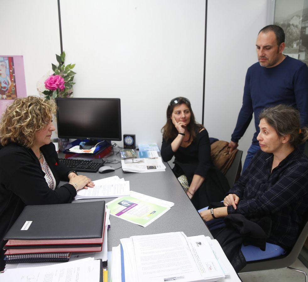 La concejala Carme Fouces, ayer, con la ANPA de Barcelos.