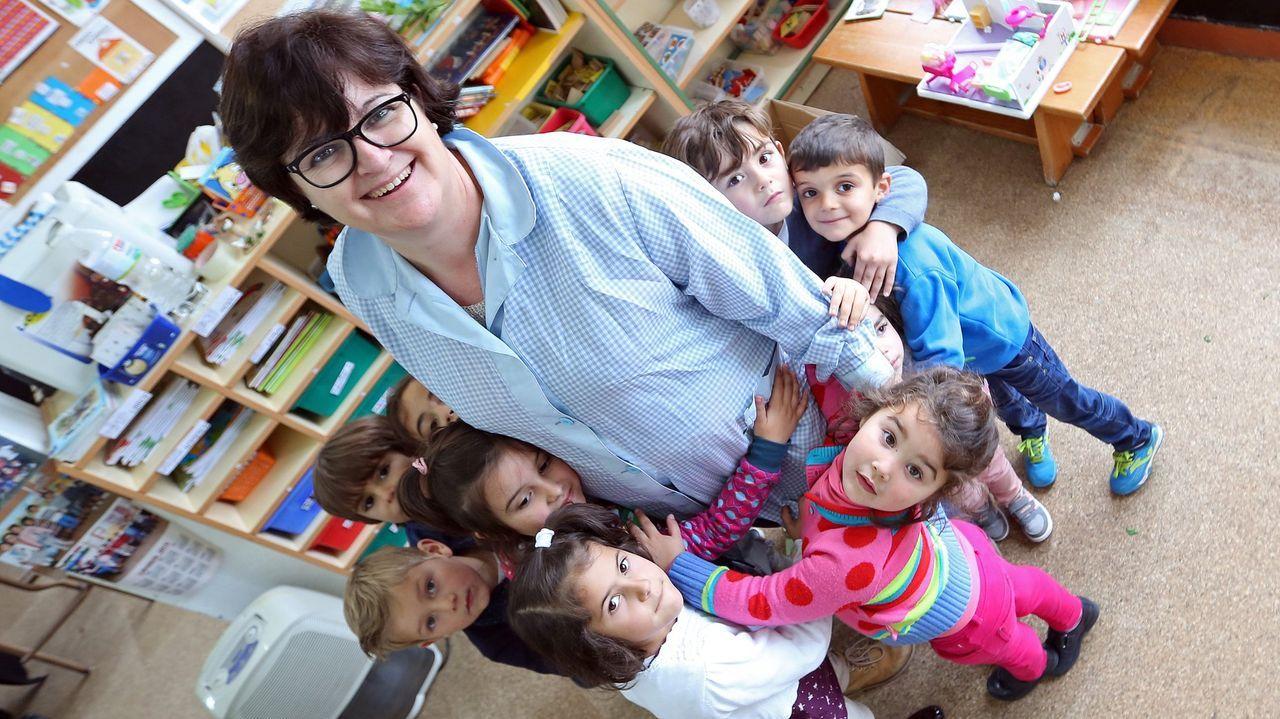 Rocío García, en una fotografía de archivo, con sus alumnos en la escuela de Caamaño