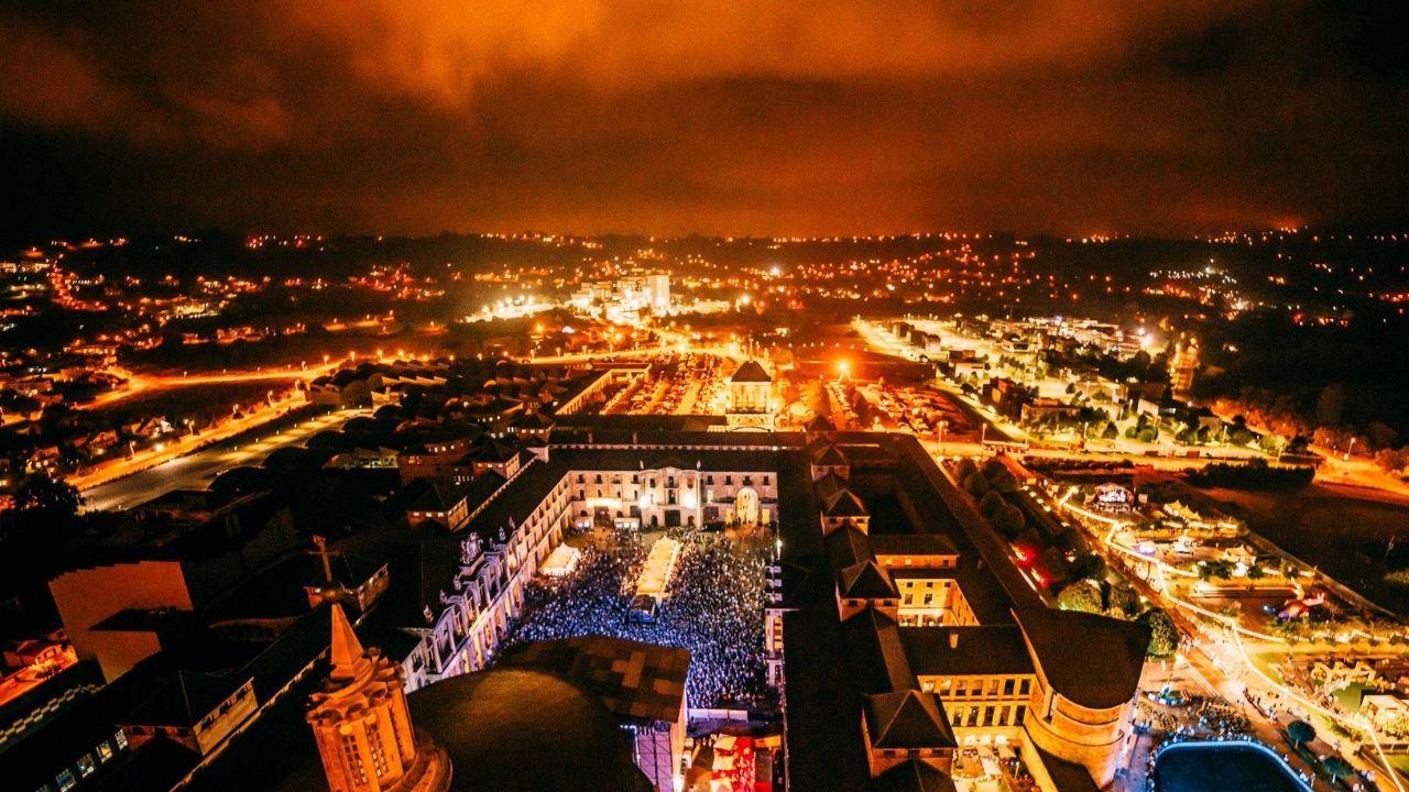 Vista nocturna de Gijón desde la torre de la Laboral, durante un concierto del Tsunami Xixón.Vista nocturna de Gijón desde la torre de la Laboral, durante un concierto del Tsunami Xixón