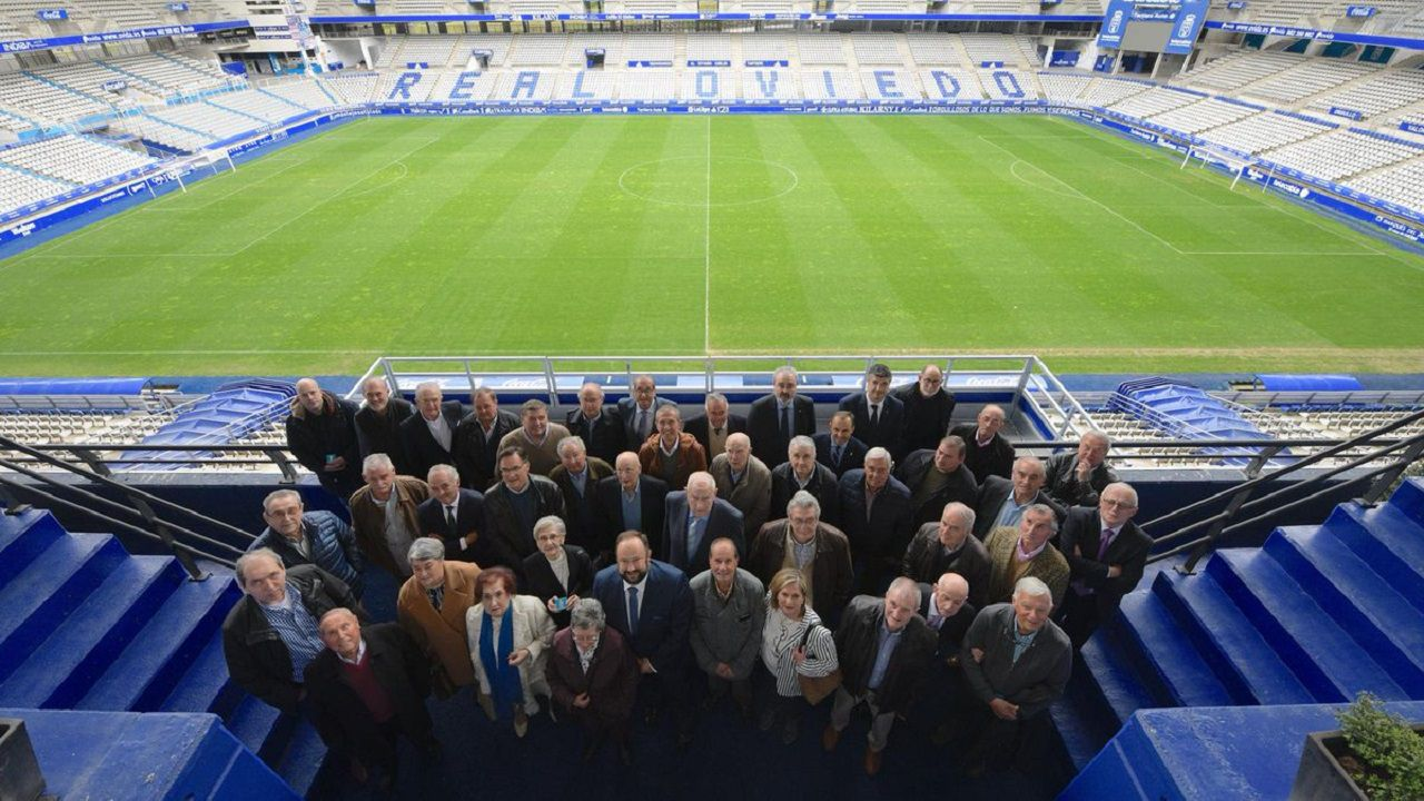 El Consejo del Real Oviedo posa con los abonados galardonados