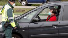 La Guardia Civil realiza un control de carretera en la A66, entre Gijón y Oviedo,  durante el estado de alarma decretado en la primera ola de la pandemia de covid-19