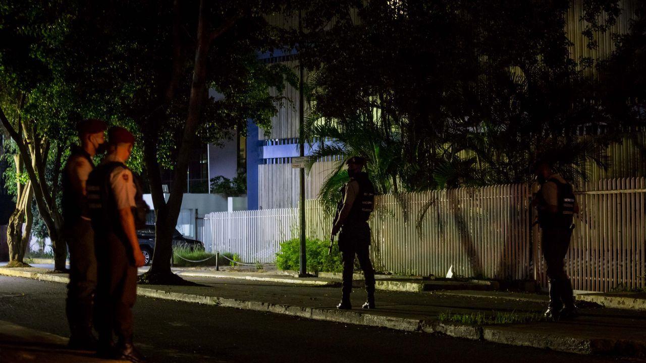 Miembros de la Guardia Nacional Bolivariana custodian en el exterior de la sede de El Nacional
