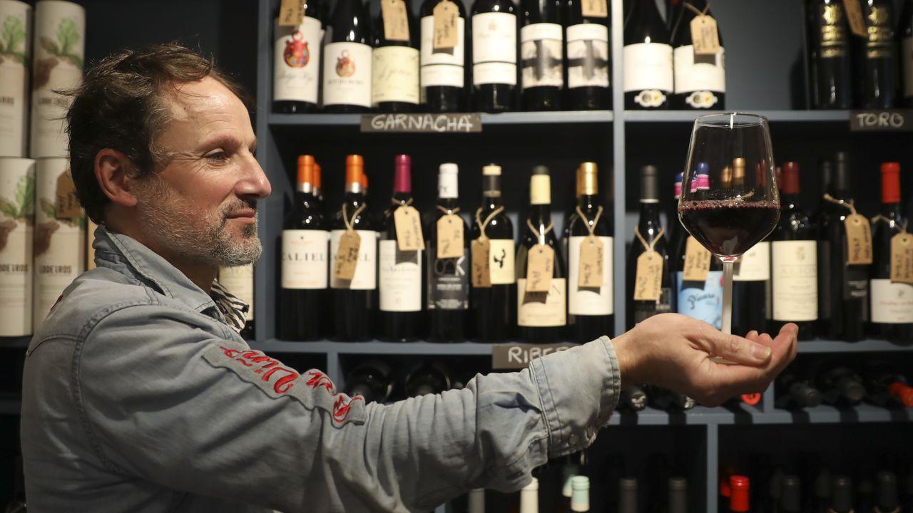 Más de diez millones de euros en Vigo con el 38341.Xabi Rúa, un hostelero que encadenó locales de éxito en Santiago, montó en el 2018 una tienda de vinos «gourmet» en el Preguntoiro y, este año, el bar Viño en Mazarelos. «Para mí lo importante de un vino es que te lleve adonde esté elaborado, que sea auténtico», destaca