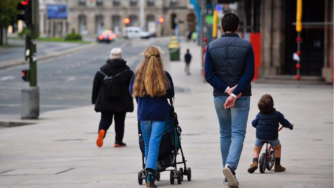 Una familia paseando por A Coruña