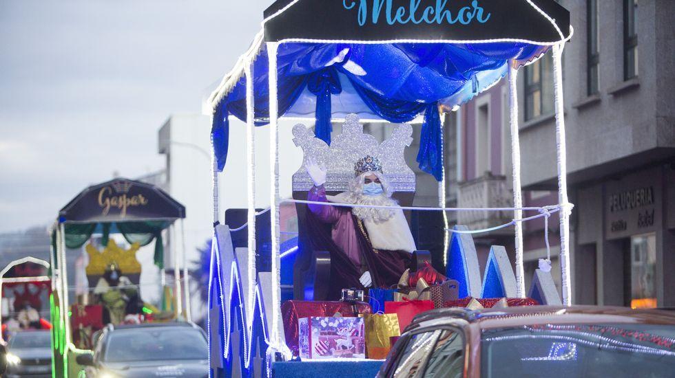 Ilusionante espera y recorrido de los Reyes por Carballo