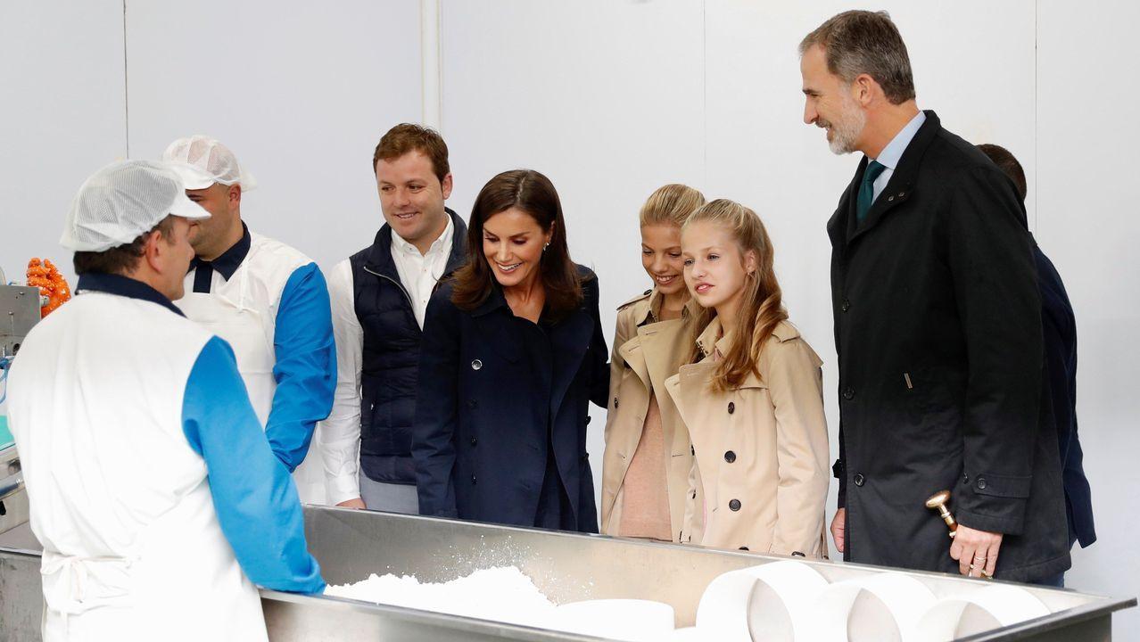 Los reyes, la princesa Leonor y la infanta Sofía, durante su visita a una quesería de Asiegu, galardonado como pueblo ejemplar de Asturias 2019