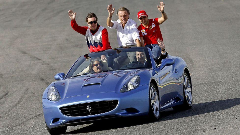 Camps, a los mandos de un Ferrari con Rita Barberá, los pilotos Fernando Alonso y Felipe Massa y el presidente de Ferrari Di Montezemolo.