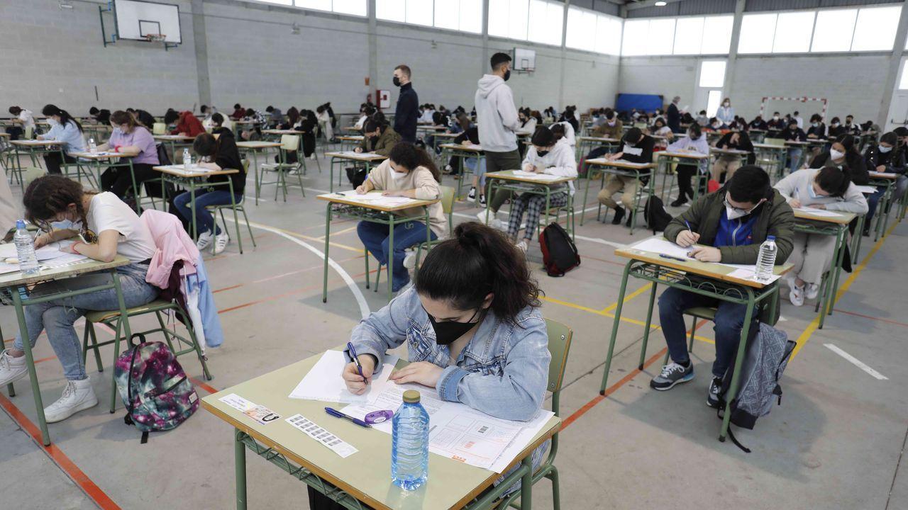 Arranca la ABAU en Galicia.Tras el examen de Historia de España. los alumnos tuvieron un descanso que aprovecharon para repasar en los jardines del campus