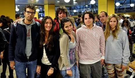 Stephen Elop arroja un iPhone al suelo.Los gallegos del viaje de Ron Barceló: el grupo del pontevedrés Javier López y las chicas de Vigo.