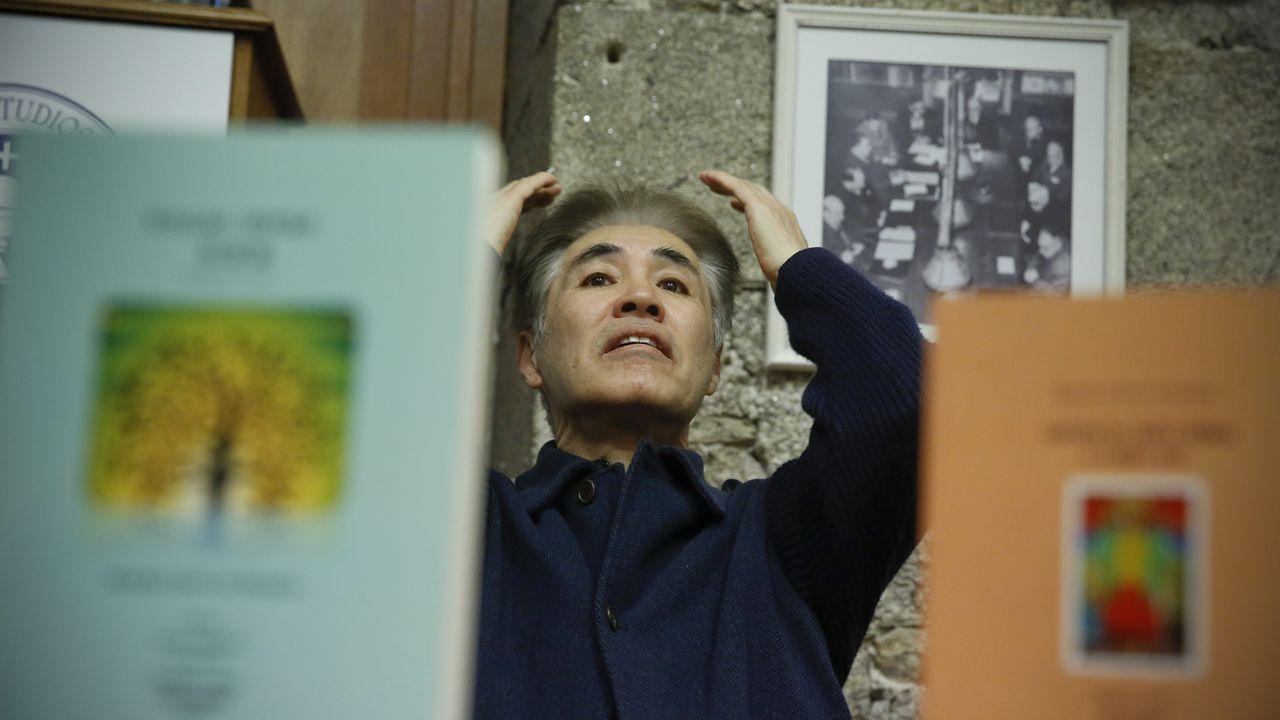 Takekazu Asaka recita a tradución ao xaponés de «Negra sombra».O pintor Antón Lamazares con obras da exposición «Flor Novoneyra» en Santiago