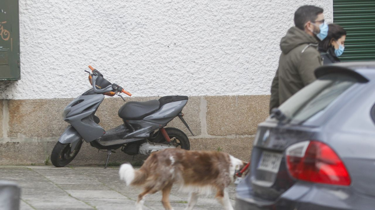 Una motocicleta estacionada en una calle del centro de Ferrol