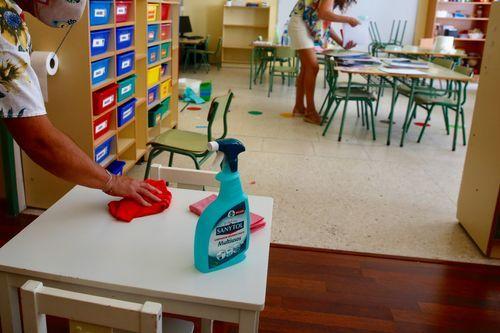 Preparativos para la vuelta al colegio en el CEIP Praza de Barcelos, de Pontevedra